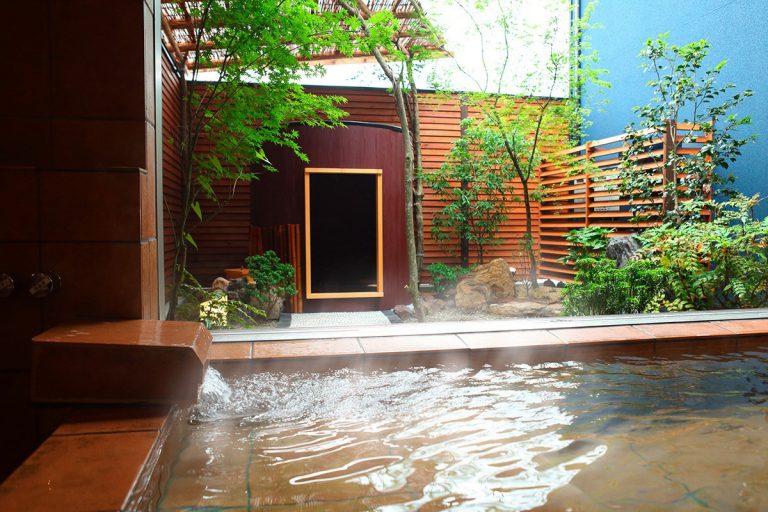 【斐】内湯と庭の樽風呂